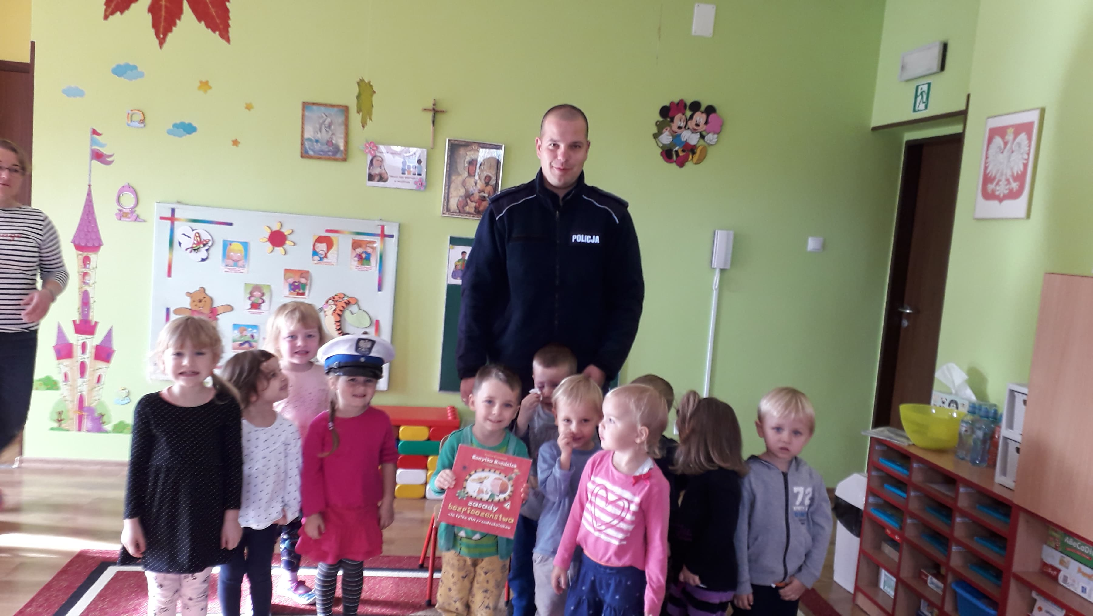 Pan Policjant czyta dzieciom
